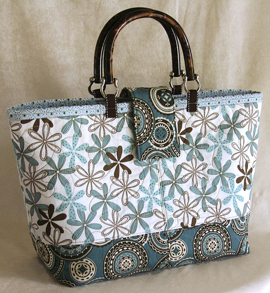 You're going to love these beautiful and free handbag patterns, how to sew a purse tutorials, and even tutorials on how to make a tote. Perfect for homemade gifts for yourself, friends, and teacher appreciation week. For more free handbag, purse, and clutch patterns check out the Tip Junkie.